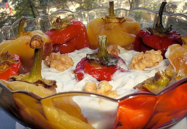 Salată de ardei copți cu smântână, nucă și mujdei