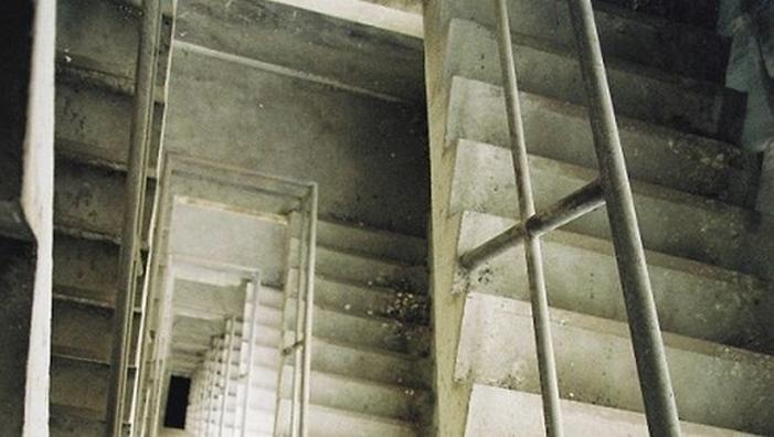 A căzut peste balustradă, în casa scării unui bloc