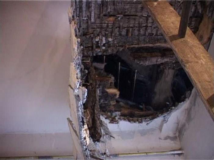 Tavanul unui imobil s-a prăbușit cu muncitorul ce renova clădirea