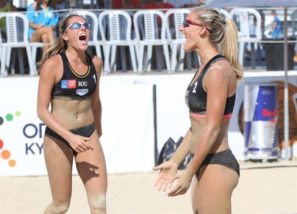 România eliminată în optimile de finală ale Campionatului European U 20 de volei pe plajă (Foto)