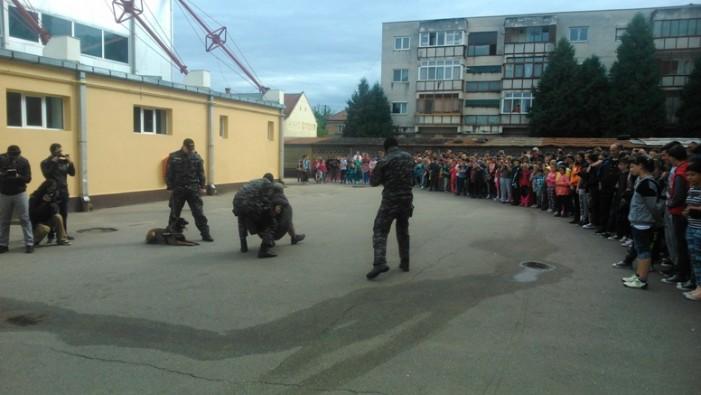 Demonstrație cu mascați la o școală din Satu Mare