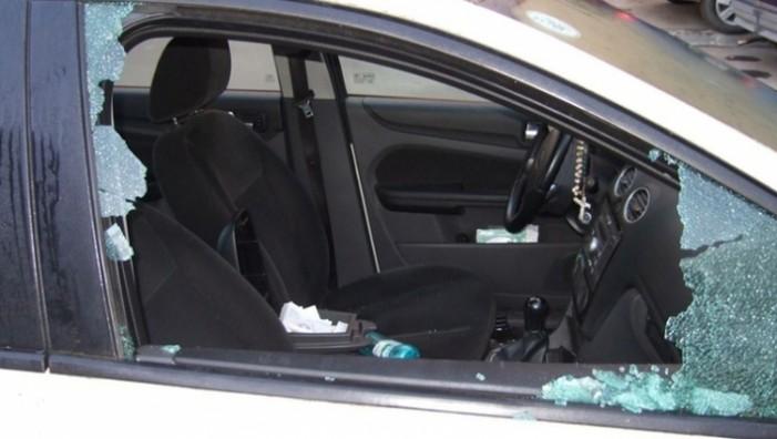 I-a spart geamul mașinii cu pumnul