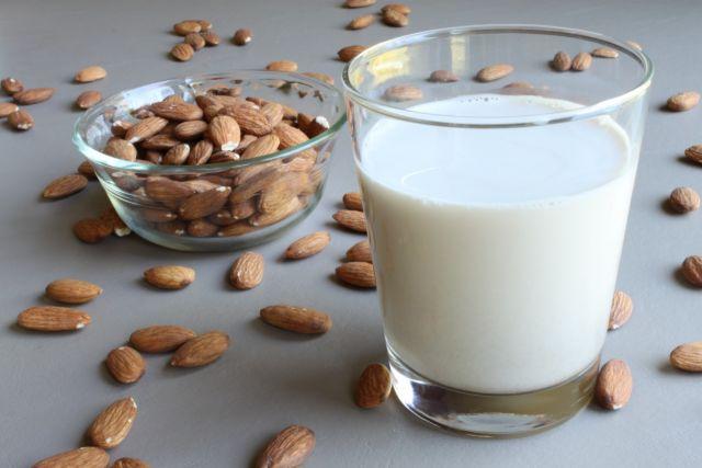 Cum să pregătiți acasă lapte de migdale