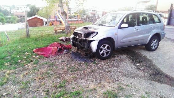 Patru mașini românești stropite cu benzină și incendiate la Roma (Foto)