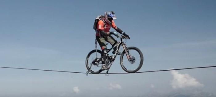 Un belgian a mers cu bicicleta pe o frânghie în Alpi (Foto&Video)