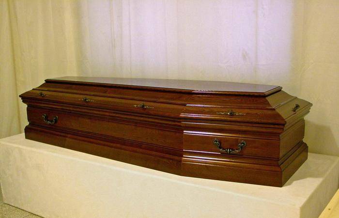 Nu a avut bani să-și îngroape mama și a ținut-o în casă
