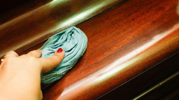 Cum să eliminați zgârieturile de pe mobila din lemn