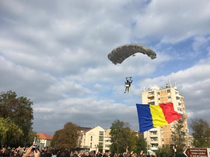 """Parașutiștii au adus Drapelul României la Carei, cu ocazia """"Zilei Armatei Române"""""""