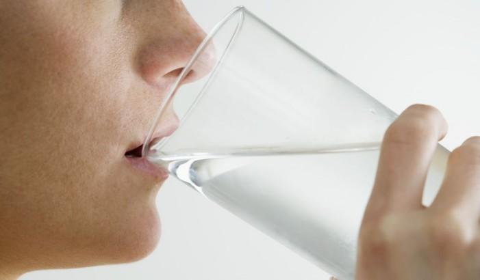 Când trebuie să bem apă şi cum afectează asta digestia?