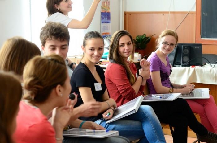 Elevii din clasele IX-XI se pot înscrie pentru bursă gratuită de studii în SUA