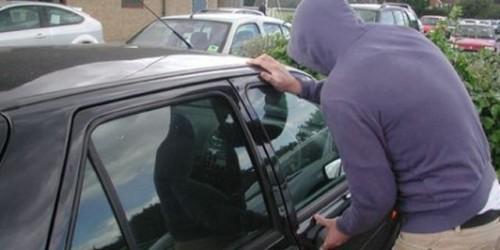 A furat două telefoane dintr-o mașină