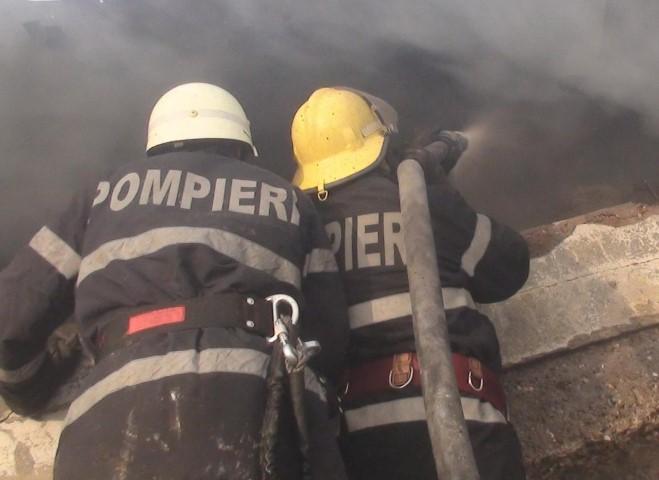 Șapte persoane au scăpat dintr-un incendiu pe malul Someșului