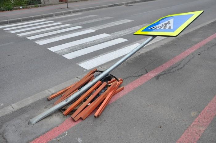 S-a îmbătat și a distrus trei indicatoare rutiere