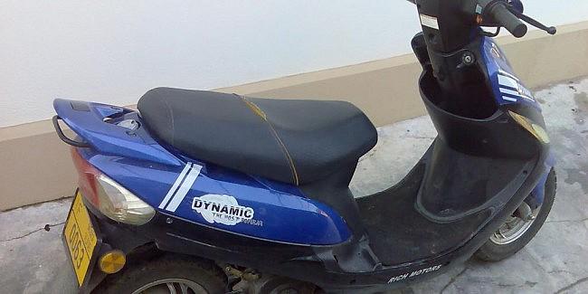 A furat un moped, dar a fost prins de polițiști