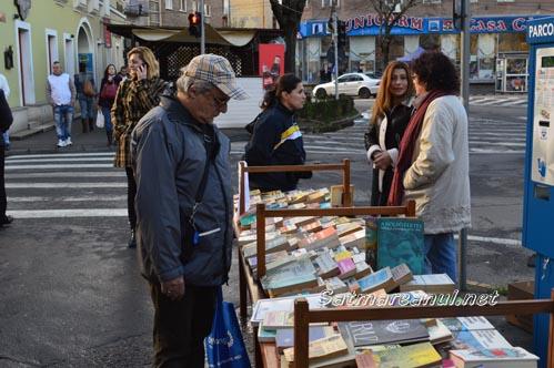 Schimb de carte în fața Bibliotecii Județene Satu Mare