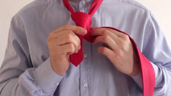 Cum să faci un nod la cravată în doar câteva secunde (Video)