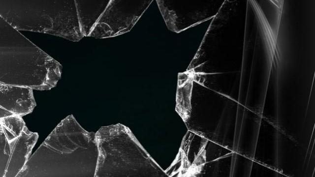 Beat criță, a spart geamurile unei firme