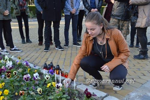 Lumânări și candele, în memoria persoanelor decedate în Club Colectiv (Foto&Video)