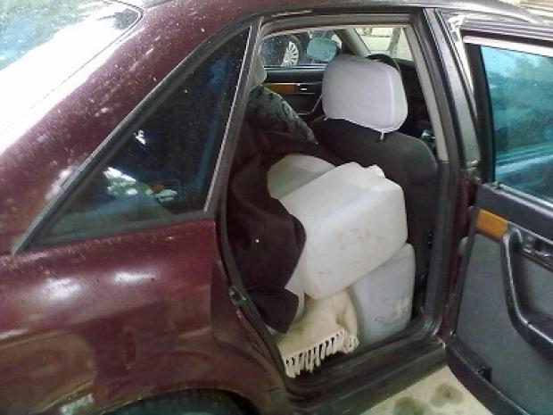 Prins cu peste 200 de litri de pălincă în mașină