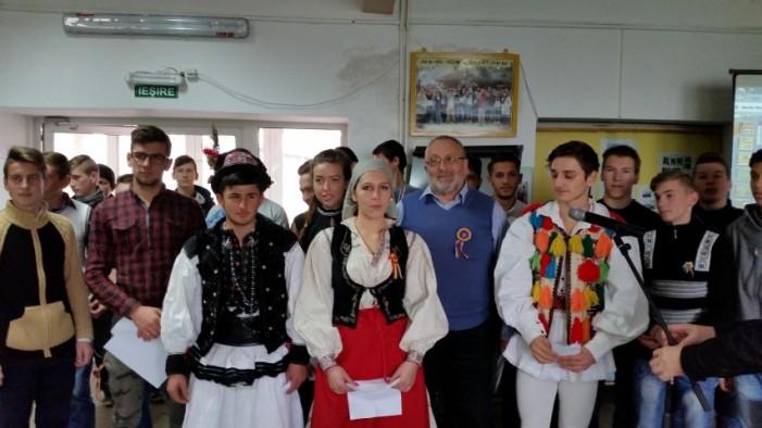 """Elevii Colegiului """"UNIO-Traian Vuia"""" au sărbătorit Ziua Națională a României"""