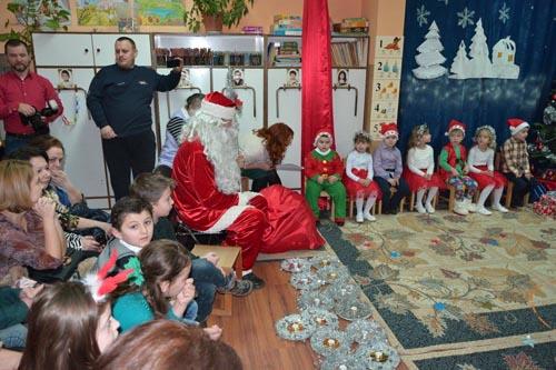 Cadouri de la Moș Crăciun pentru copiii de la GPP nr. 1 din Negrești-Oaș