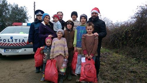 Polițiștii au oferit cadouri familiilor nevoiașe