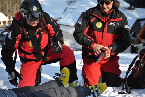 Sătmăreancă accidentată pe pârtie, salvată de jandarmii montani