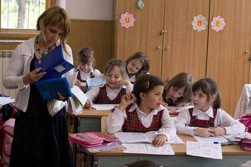 Uniforma școlară ar putea redeveni obligatorie