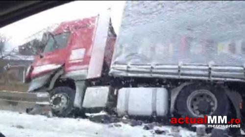 Accident în Livada. Un TIR s-a răsturnat într-un șanț (Foto)
