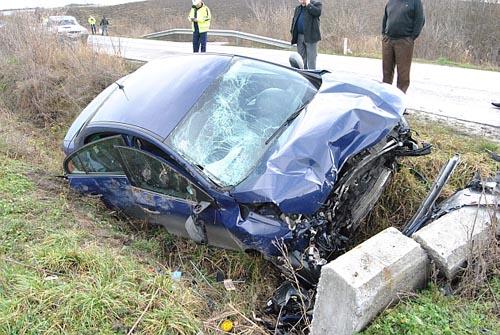A intrat cu mașina într-un cap de pod