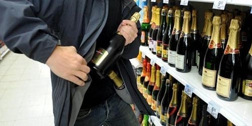 A încercat să fure băutură din magazin