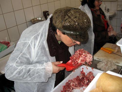 Carne tocată cu pene și fire de păr în cereale, depistate de Protecția Consumatorului