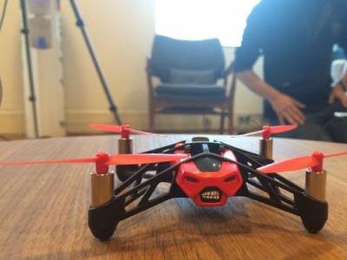 Dronă condusă prin gesturi ale mâinii