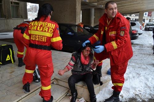 Scandal în fața Palatului Administrativ. Femeie mutilată de concubin (Foto)