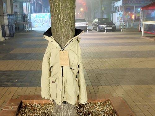 Copaci îmbrăcaţi cu haine, în Bulgaria, pentru oamenii străzii (Foto)
