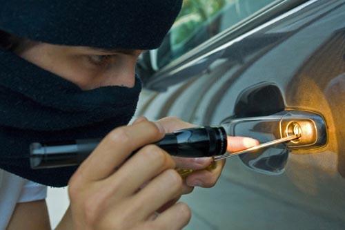 Hoți de mașini, prinşi în flagrant şi reţinuţi de poliţişti