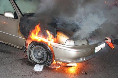 Mașină distrusă de flăcări