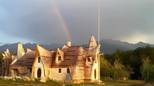 Un român a construit un castel inspirat din poveștile Fraților Grimm