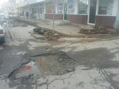 O groapă tulbură existența locuitorilor cartierului 14 Mai. Vezi ce spune Dan Băbuț