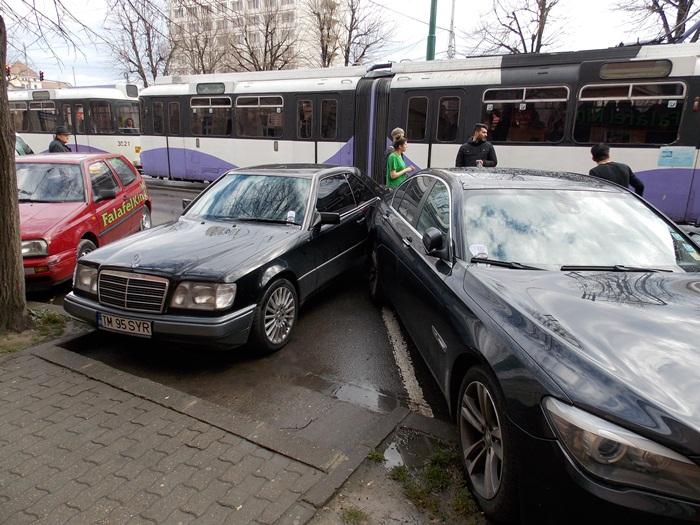Șoferul unui TIR din Satu Mare, a avariat două mașini în Timișoara (Foto)