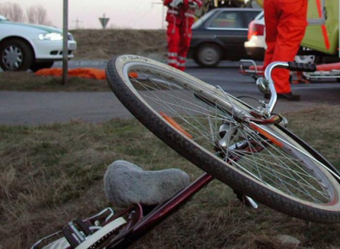 Biciclist, călcat de o mașină