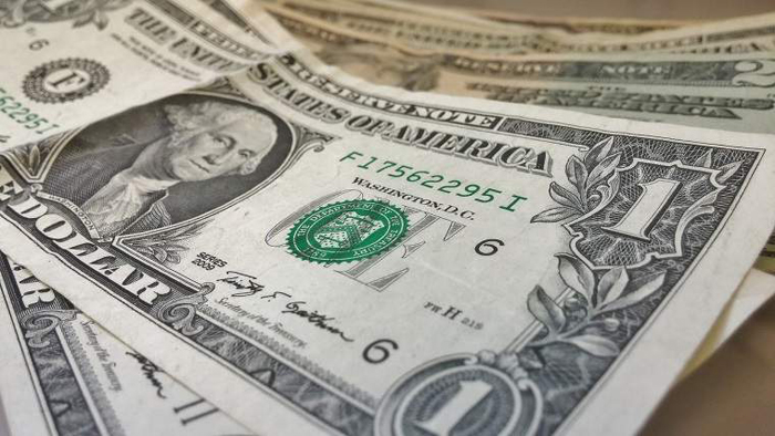 Dolarul şi francul se menţin pe creştere