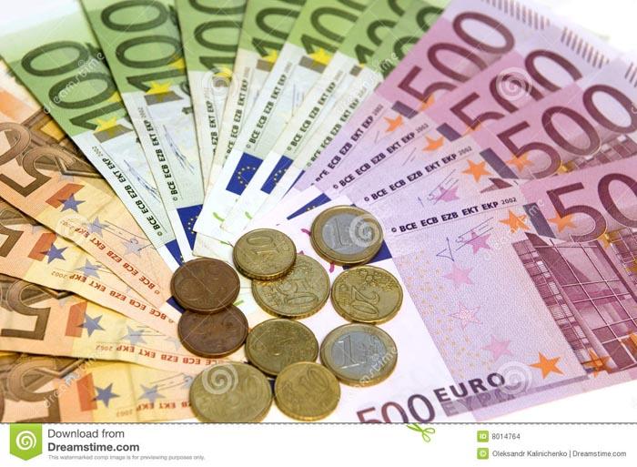 Euro a revenit la 4,47 lei
