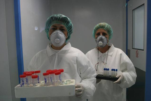 Băbatul suspectat de gripă porcină va fi externat