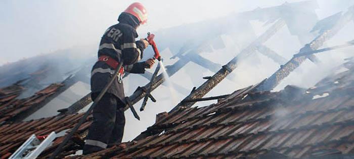 Casă distrusă de flăcări într-o localitate din județ
