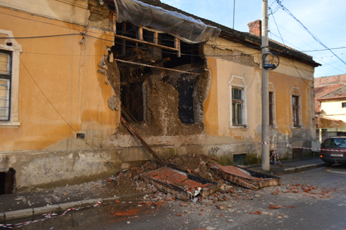 O casă de pe strada Kogălniceanu stă să se dărâme (Foto)