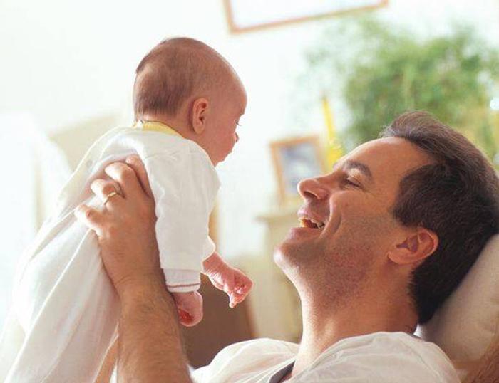 Taţii ar putea beneficia de 10 zile lucrătoare de concediu paternal