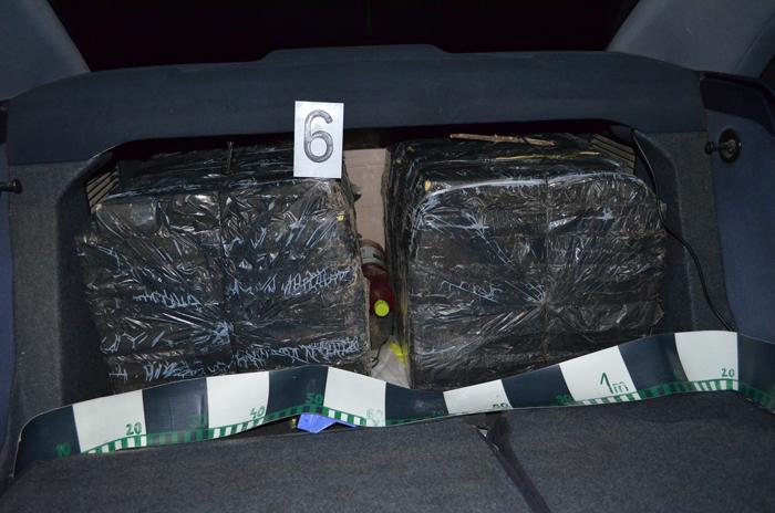 Țigări de contrabandă și un Audi A4, confiscate de polițiștii de frontieră