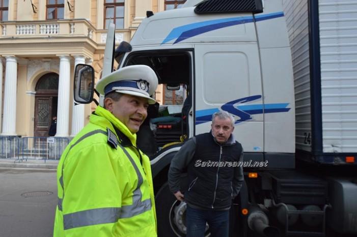 Păcălit de GPS, s-a blocat cu TIR-ul în centrul municipiului Satu Mare (Foto&Video)