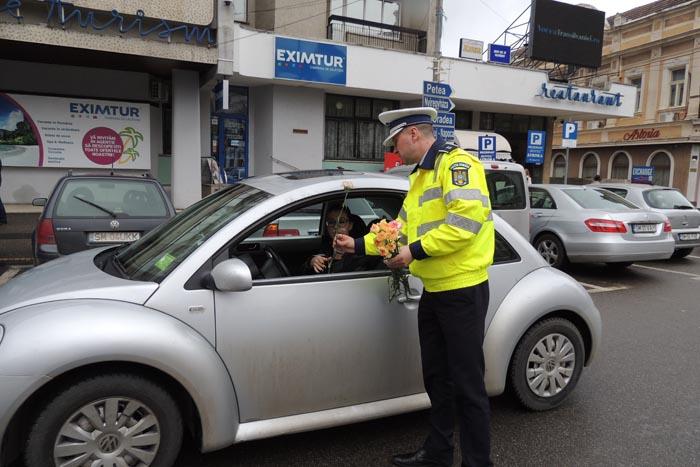 """Șoferițele, """"amendate"""" cu flori de polițiști (Foto)"""